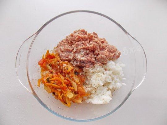 смешаем рис, фарш и зажарку
