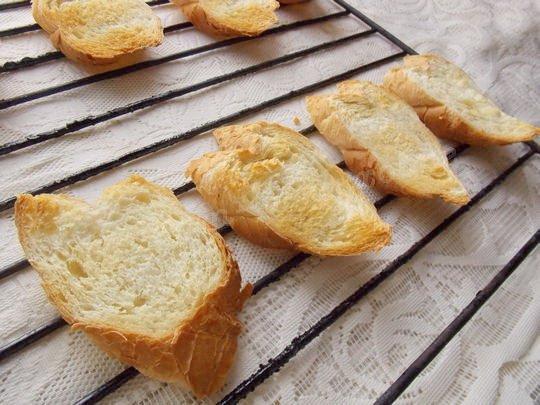 подсушиваем ломтики хлеба