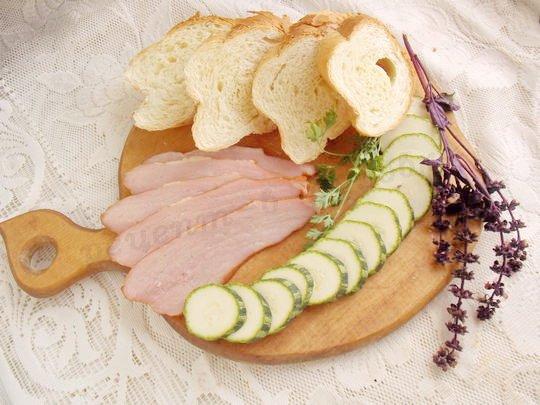 нарежем хлеб, ветчину и кабачок