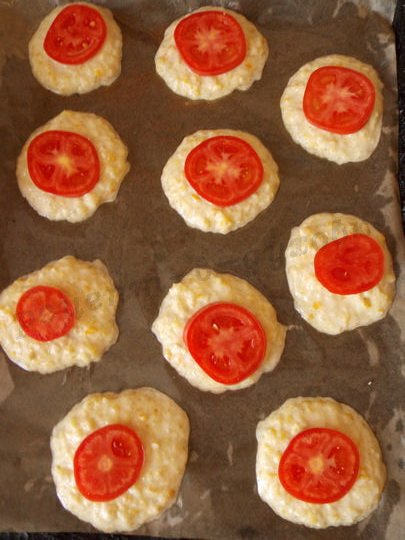 выложим на оладьи кружки помидора