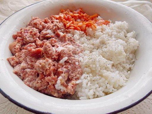 соединяем рис, фарш и половину зажарки