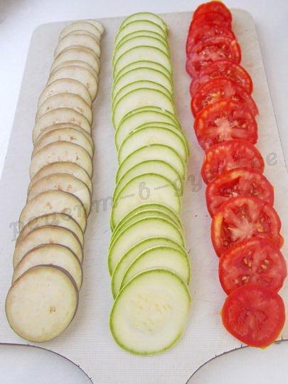 нарежем тонкими кружочками овощи