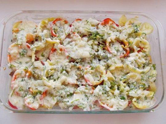 заливаем сметанным соусом мясо и овощи