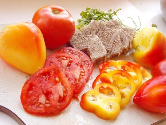 нарежем отварное мясо и овощи ломтиками
