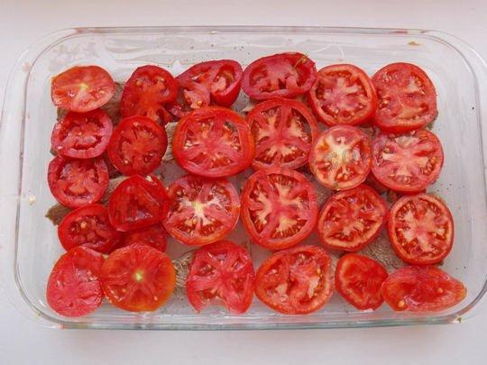 сверху выложим кружочки помидоров