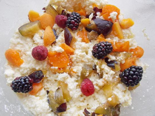 в творожную массу для сырников добавим фрукты