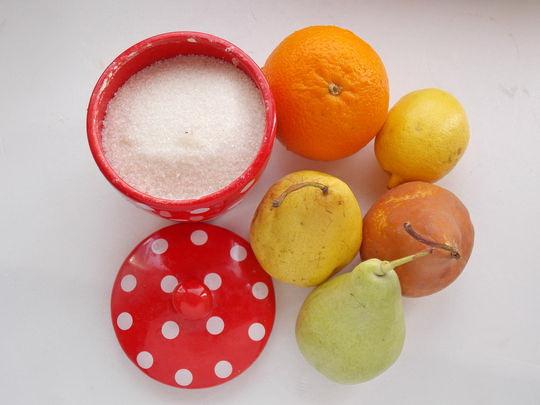 ингредиенты для десерта из груши, лимона и апельсина