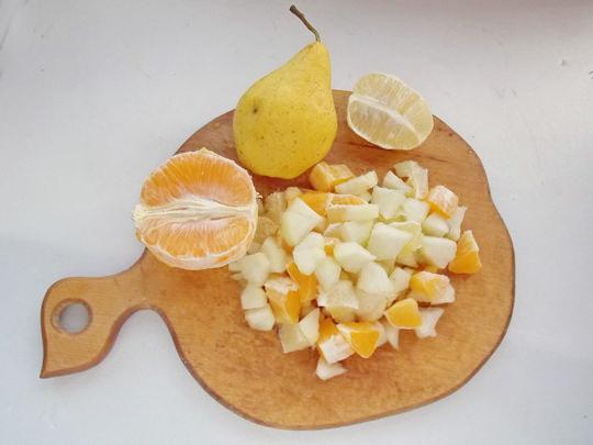 нарезаем фрукты мелкими кусочками