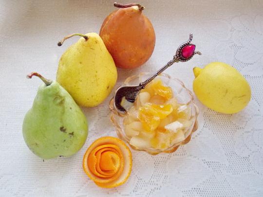 фруктовый десерт из запечённых груш, апельсина и лимона