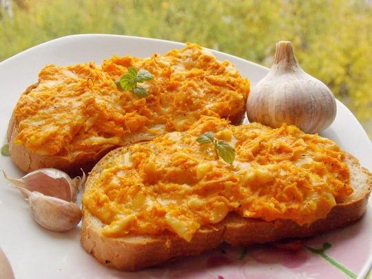 горячие бутерброды с морковкой, сыром и чесноком