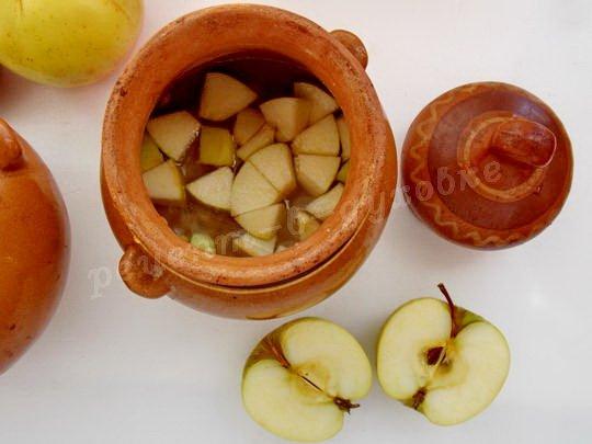 добавляем кусочки яблока