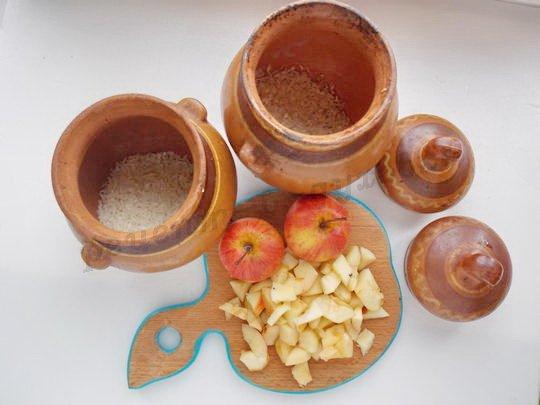 насыпаем в горшочки рис, мелко режем яблоки