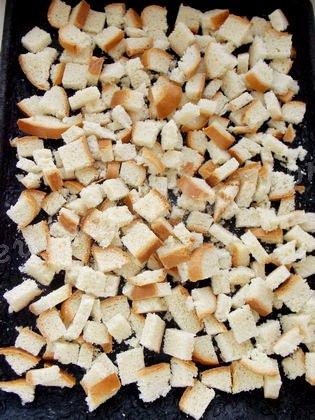 равномерно насыпаем кусочки хлеба на противень