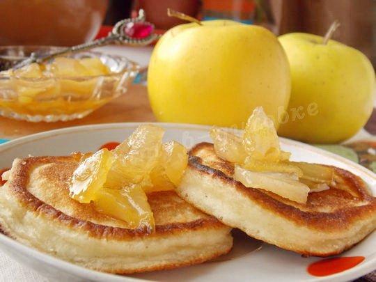 оладьи с кусочками яблок, запечённых в сахарном сиропе