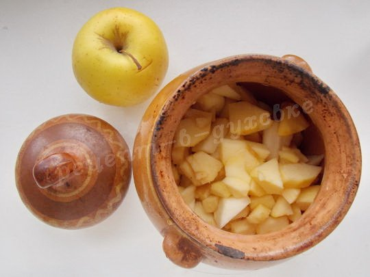 высыпаем кусочки яблок в горшочек