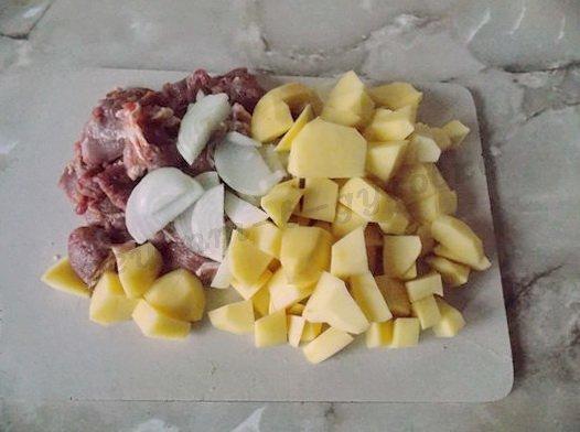 нарежем картошку, мясо и лук