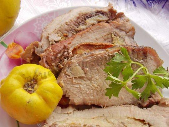 вкусное мясо с айвой в фольге