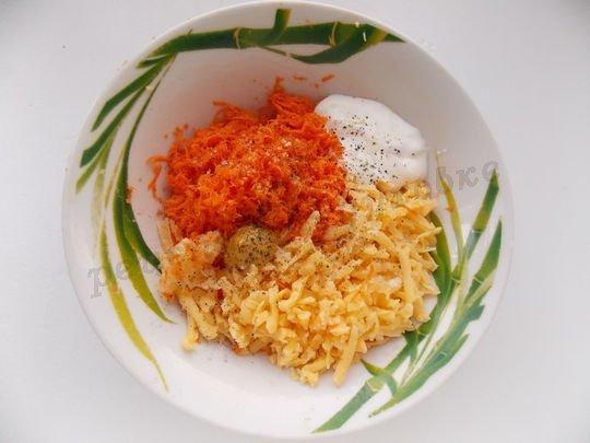смешиваем тёртую морковку, сыр, чеснок и  специи