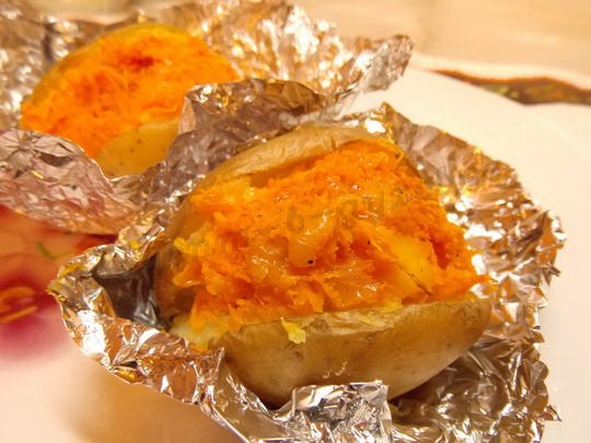 печёная картошка с начинкой из морковки и сыра