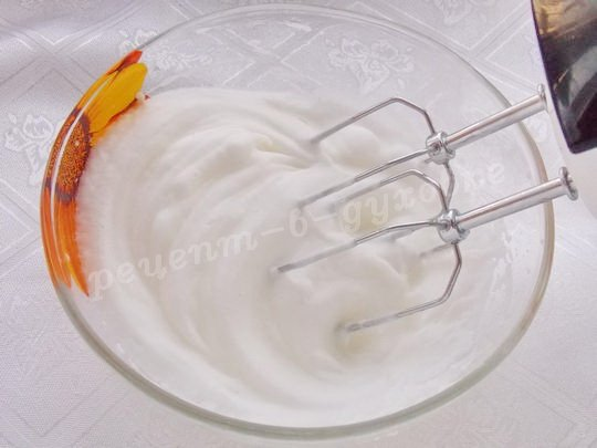 взбиваем белки с солью до густой пены