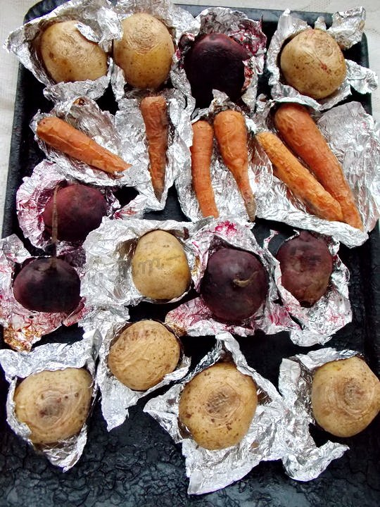 запекаем картошку, морковку, буряк для винегрета