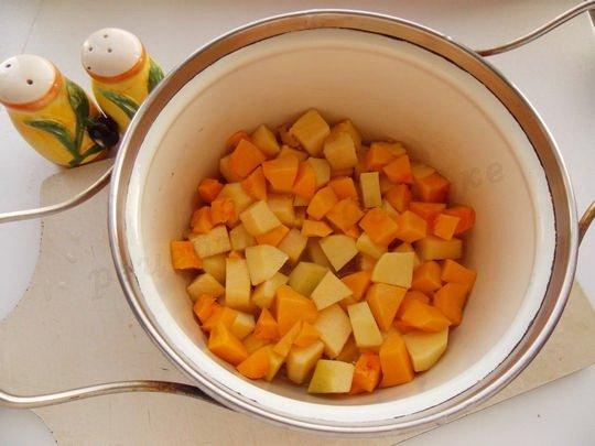 протушим кусочки картофеля и тыквы