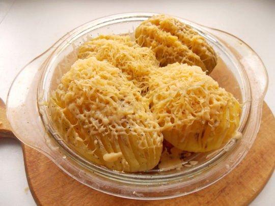 посыпаем картошечку тёртым сыром