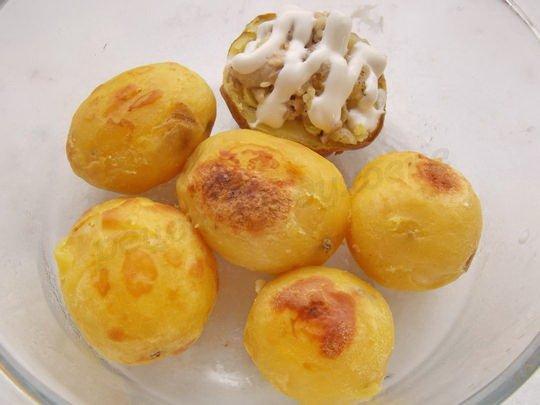 очищаем картошку и выкладываем в форму