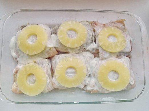 выкладываем сверху кружки ананаса