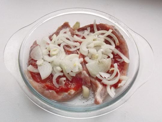 добавляем томат, лук и сметану
