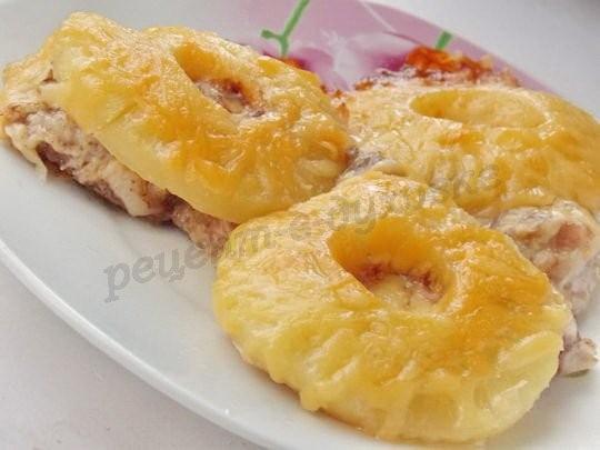 Свинина под ананасами и сыром: просто и вкусно!