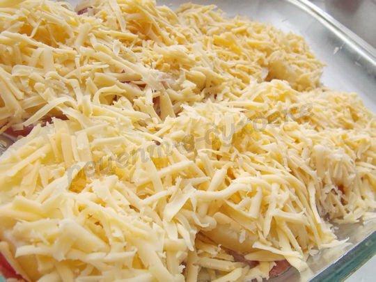 посыпаем свинину под ананасами тёртым сыром