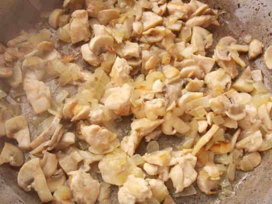 обжариваем лук с курицей и грибами