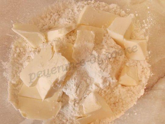 соединяем кусочки масла, муку, соду и соль