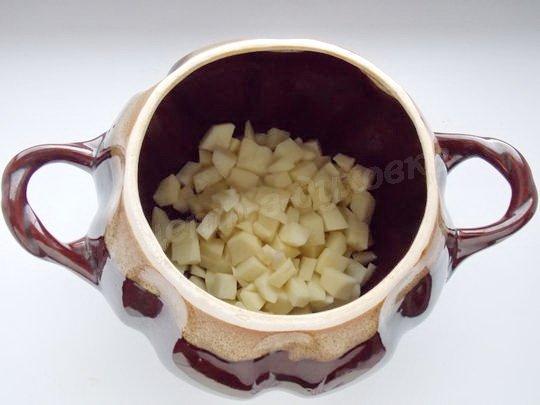 кладём на дно горшочка картошку