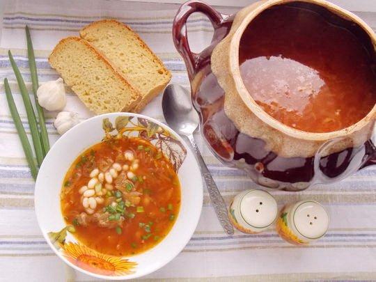 украинский борщ с фасолью в горшочке