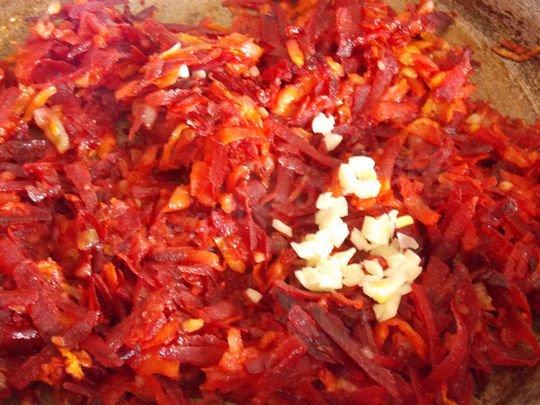 добавляем к обжаренным овощам чеснок