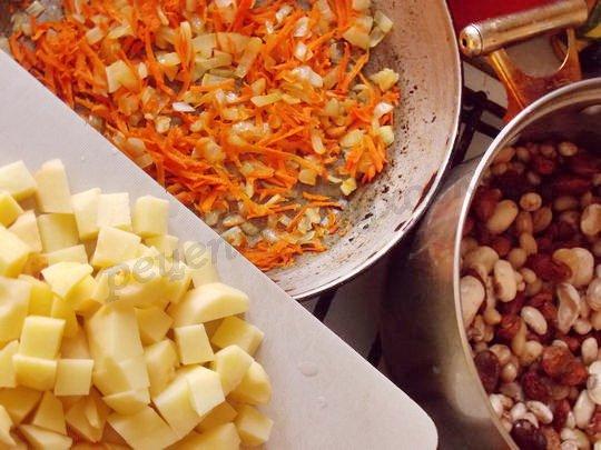 провариваем фасоль, делаем зажарку, нарезаем картошку