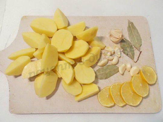 очистим картошку и чеснок, нарежем лимон