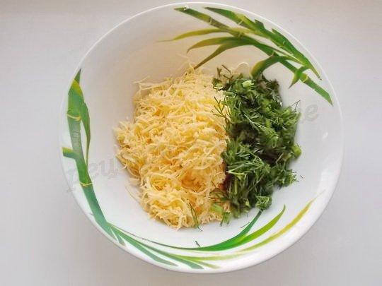 соединяем тёртый сыр и укроп