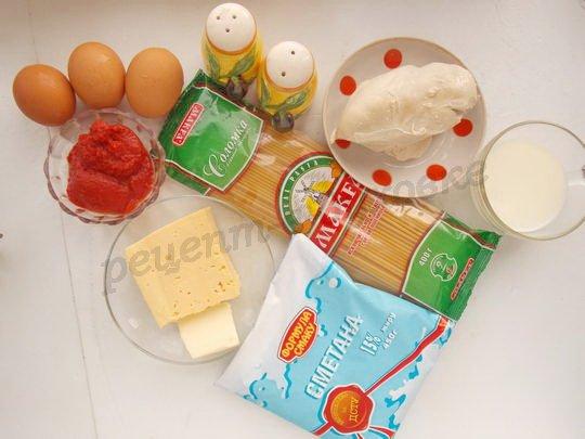ингредиенты для запеканки из макарон с курицей, сыром и томатом