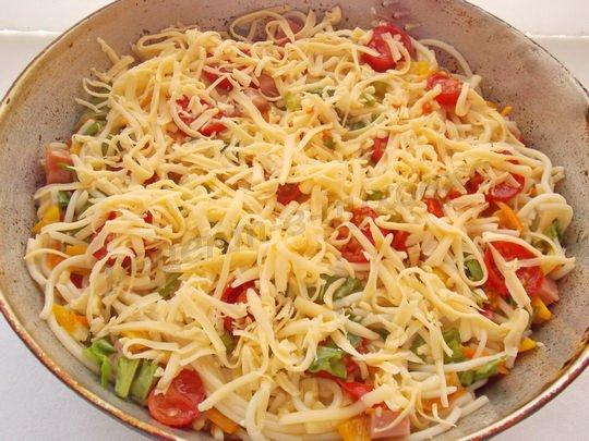 сверху выложим помидоры и тёртый сыр