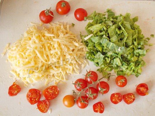 натрём сыр, нарежем зелень и помидоры