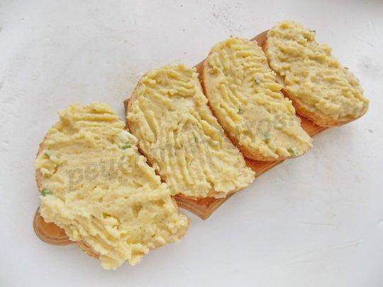 намазываем хлеб картофельной массой
