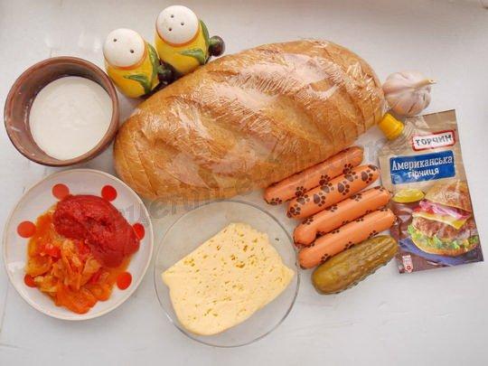 ингредиенты для бутербродов с сосисками, сыром и солёными огурчиками