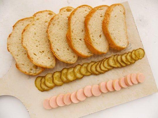 нарежем хлеб, огурцы и сосиски