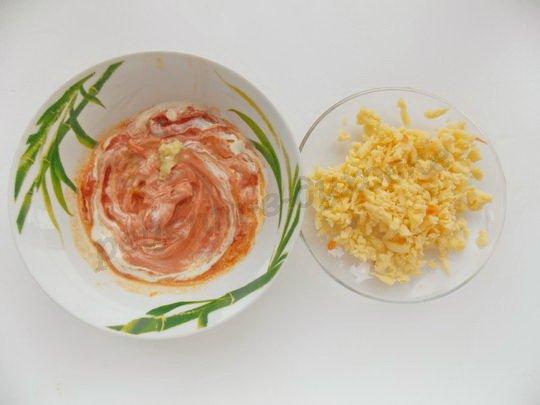 приготовим томатный соус и натрём сыр