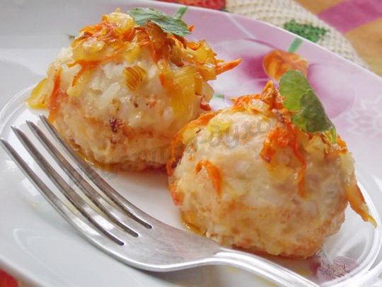 куриные тефтельки с рисом и морковно-луковой подливкой
