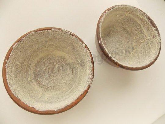 смазываем формочки маслом и обсыпаем манкой