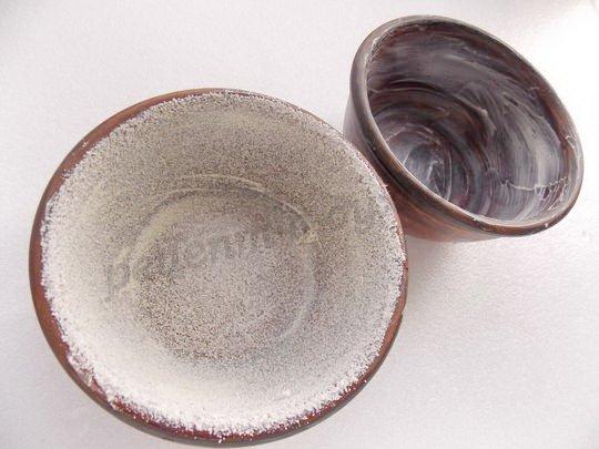 смазываем формы маслом и обсыпаем сухариками или манкой